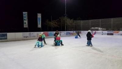Jugi auf der Eisbahn